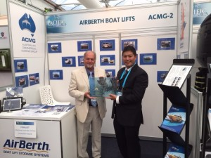 Jurgen Konig and Alex Chan from AirBerth Marketing displaying the award (2)